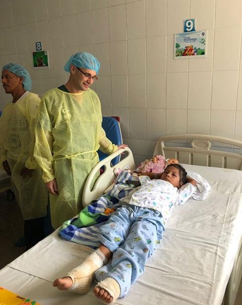 """ד""""ר פוקס ליד מיטתה של ילדה פצועה. """"לא ויתרנו על אף מטופל"""" (צילום: ד""""ר אייל פוקס)"""