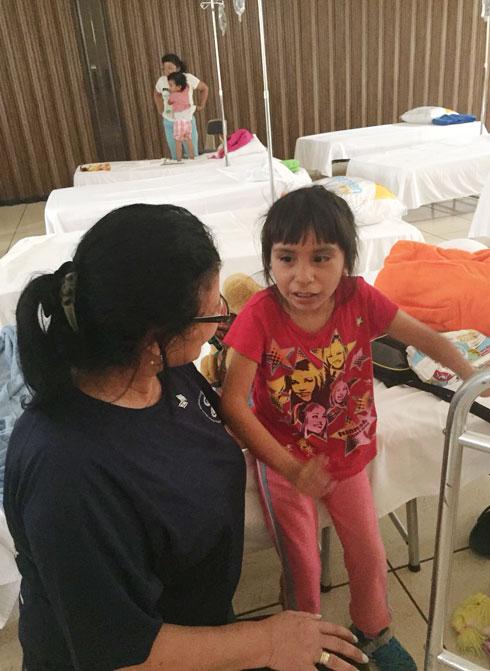 """עוזרים לילדה שניצלה מההריסות. """"מה שאמרנו היה קדוש"""" (צילום: ד""""ר אייל פוקס)"""