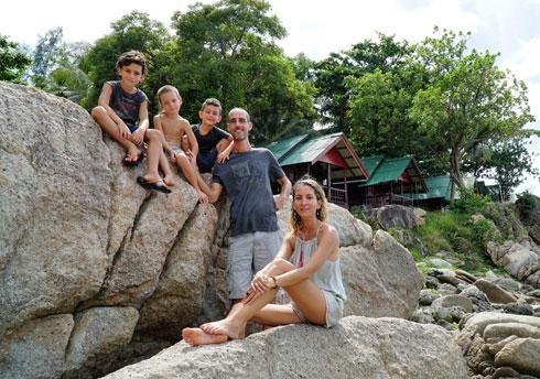 """משפחת רייכמן. """"מאז שאנחנו גרים פה הילדים יותר שמחים ופתוחים"""" (צילום: טל חיים יופה)"""