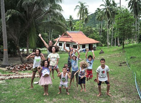 """קרין טנצצפ והילדים בבית הספר """"נייצ'ר ואלי""""  (צילום: טל חיים יופה)"""