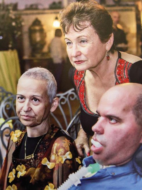 """רחל עם ילדיה דורית (משמאל) ושי בתקופת מחלתם. """"בחייהם ובמותם לא נפרדו"""" (צילום: אלבום פרטי)"""