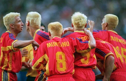 גם ב-1998 זה לא עזר. נבחרת רומניה בשיער מחומצן (צילום: Alexander Hassenstein/GettyimagesIL)