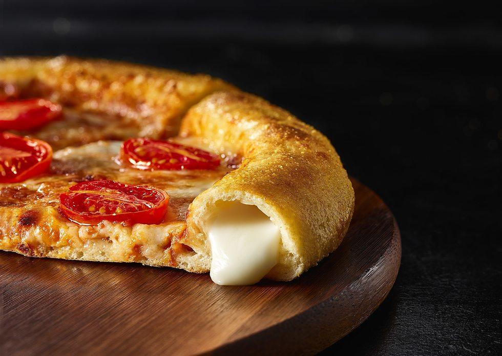פיצה עם שוליים מלאים בגבינה (צילום: יח