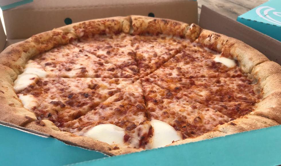 פיצה עם שוליים מלאים בגבינה (צילום: תיקי גולן)