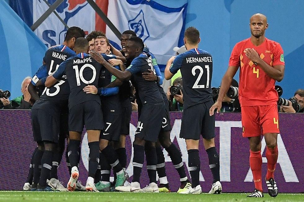 נבחרת צרפת חוגגת (צילום: AFP)