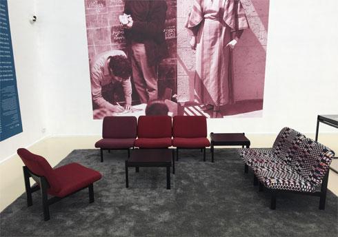 יד לבנים הפך למוזיאון הרצליה, ולרגל התערוכה שוחזרה פינת הישיבה, שתישאר בו אחרי נעילת התערוכה (צילום: דקל גודוביץ)