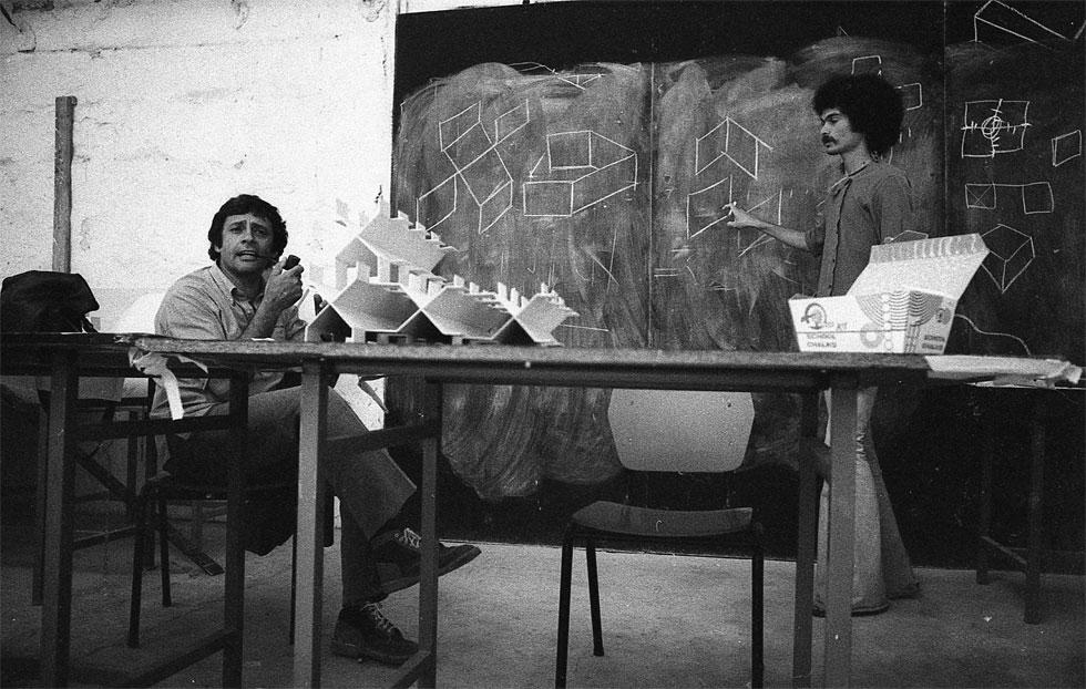 ארטור גולדרייך בשיעור עיצוב בבצלאל, שנות ה-70. ייסד את המחלקה לעיצוב סביבתי ותעשייתי, ונחשב למורה שהטביע חותם עז בתלמידיו (אוסף גולדרייך– דה-שליט, ארכיון אדריכלות ישראל)