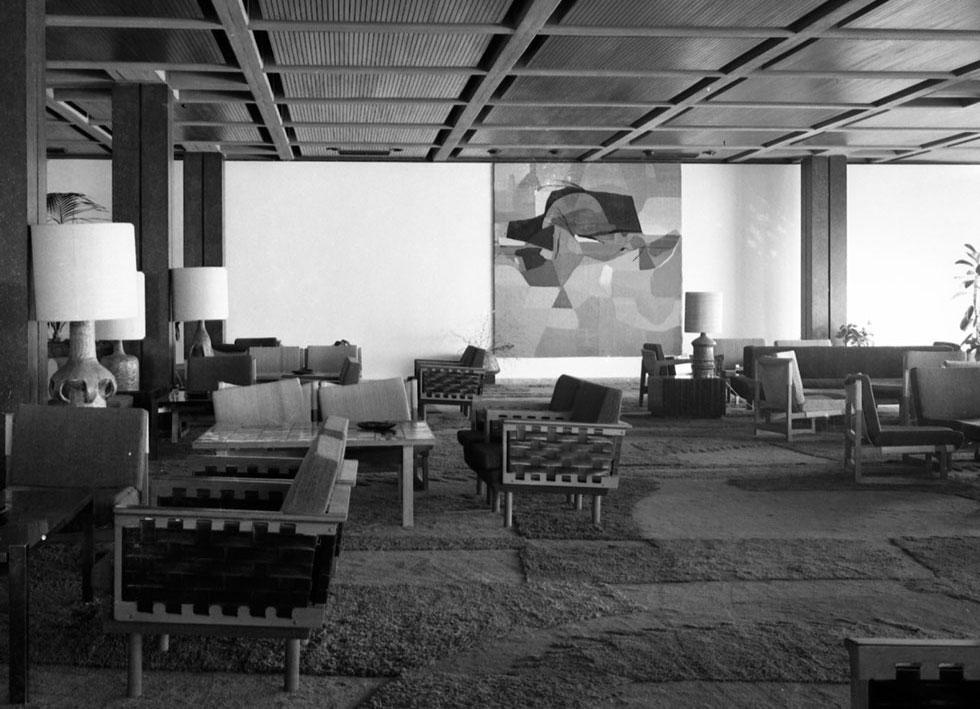 שטיח ושטיח קיר שעיצב גולדרייך לטרקלין האלמוגים, מלון הילטון תל-אביב, 1965 (אוסף גולדרייך–דה-שליט, ארכיון אדריכלות ישראל)