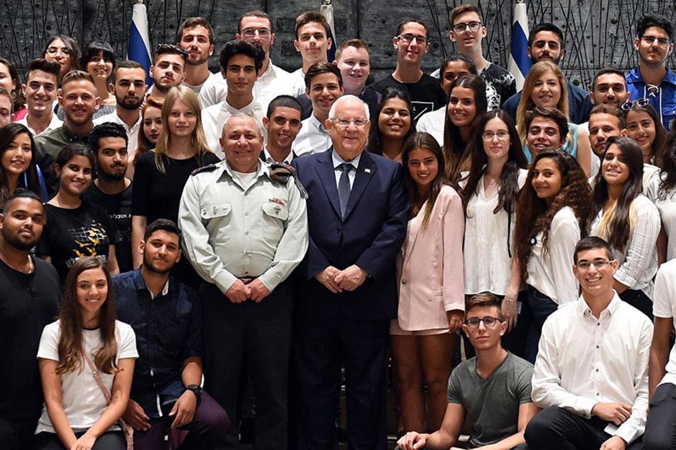 """גם בתמונה הקבוצתית קשה להתעלם מנועה קירל. המפגש בבית הנשיא בירושלים (צילום: חיים צח, לע""""מ)"""