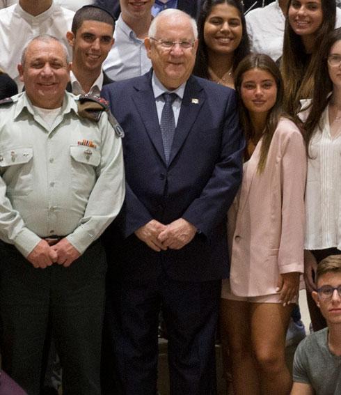 """חליפה ורודה בדרך למדי צה""""ל. נועה קירל במפגש עם נשיא המדינה ראובן ריבלין והרמטכ""""ל גדי אייזנקוט  (צילום: עמית שאבי)"""