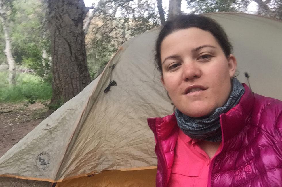 """ליד האוהל שבו ישנה. """"בתור מי שמאוד אוהבת טבע וטיולים, הרגשתי שהמרחבים קוראים לי"""" (צילום: תמר אוחנה)"""
