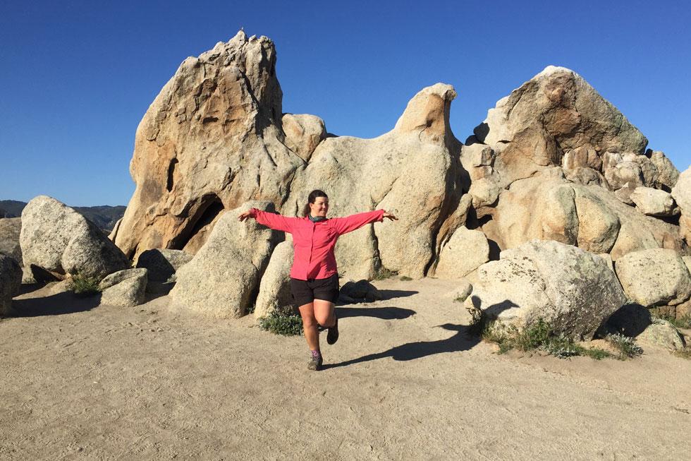 """אוחנה בשבוע הראשון של המסע, באיגל רוק, סלע ענק בצורת נשר. """"הגוף נהיה מכונת הליכה, והתחושה בזמן הצעידה היא כמו במדיטציה"""" (צילום: תמר אוחנה)"""