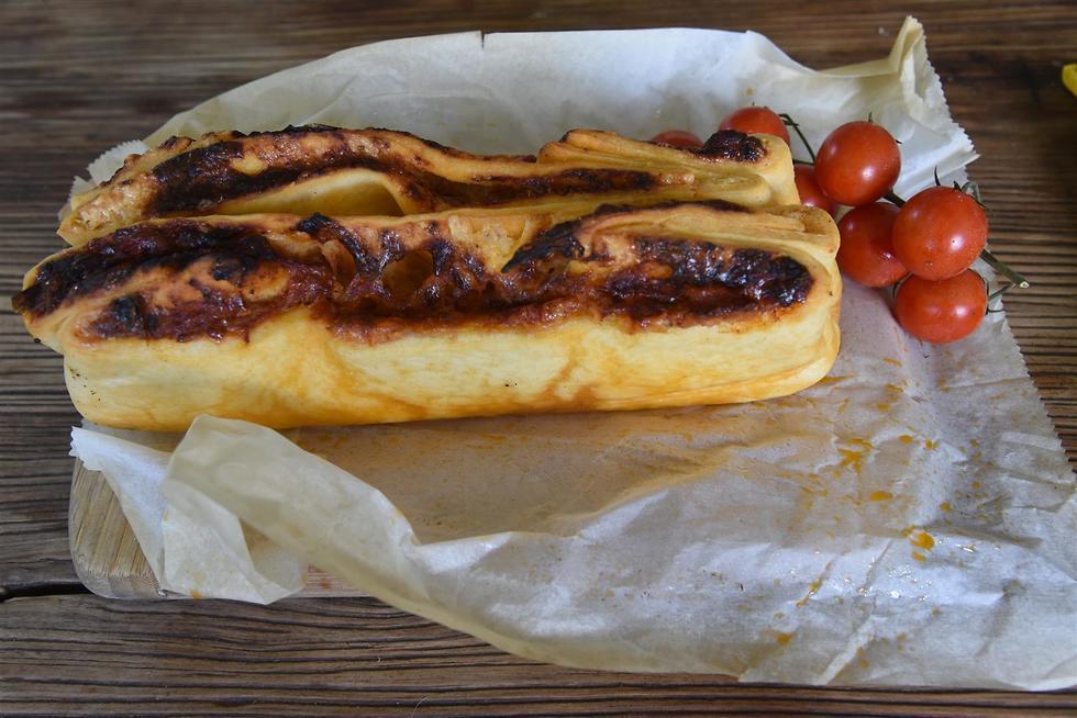 ארז קומרובסקי אופה לחם מטבוחה (צילום: אביהו שפירא)