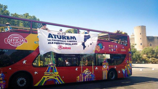 מתקפה על אוטובוס תיירים בספרד (צילום: Facebook / Arran Països Catalans)