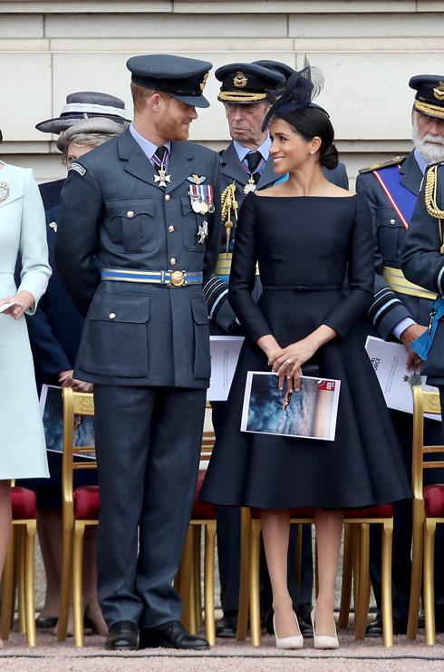 היו גם מי שהזדעקו על צבעה הכהה של השמלה, שבמבט ראשון נראתה שחורה - הצבע האסור על בני המלוכה, למעט בימי אבל או באירועים מחוץ לאנגליה – אולם נראה כי בסופו של דבר היתה זו שמלה בכחול נייבי (צילום: Chris Jackson/GettyimagesIL)