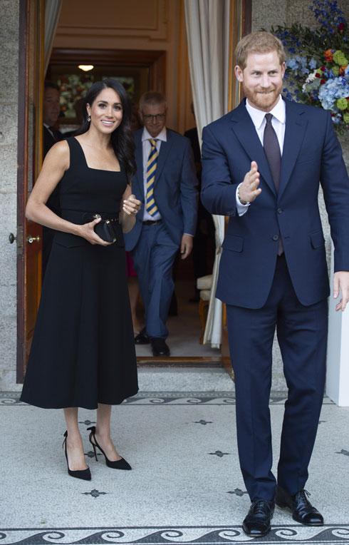 בערב הראשון באירלנד: מרקל בשמלה שחורה של אמיליה וויקסטד, נעליים של אקווזורה שמחירן 2,620 שקל, ועגילים של חברת התכשיטים בירקס, שמחירם 12,650 שקל (צילום: Geoff Pugh/GettyimagesIL)