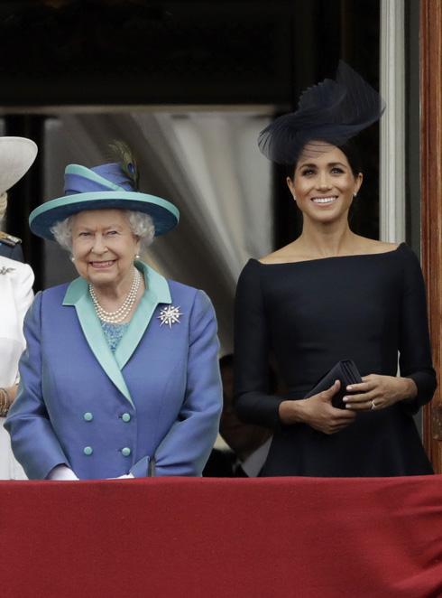 מהדקות יחסים. מייגן מרקל והמלכה אליזבת (צילום: AP)