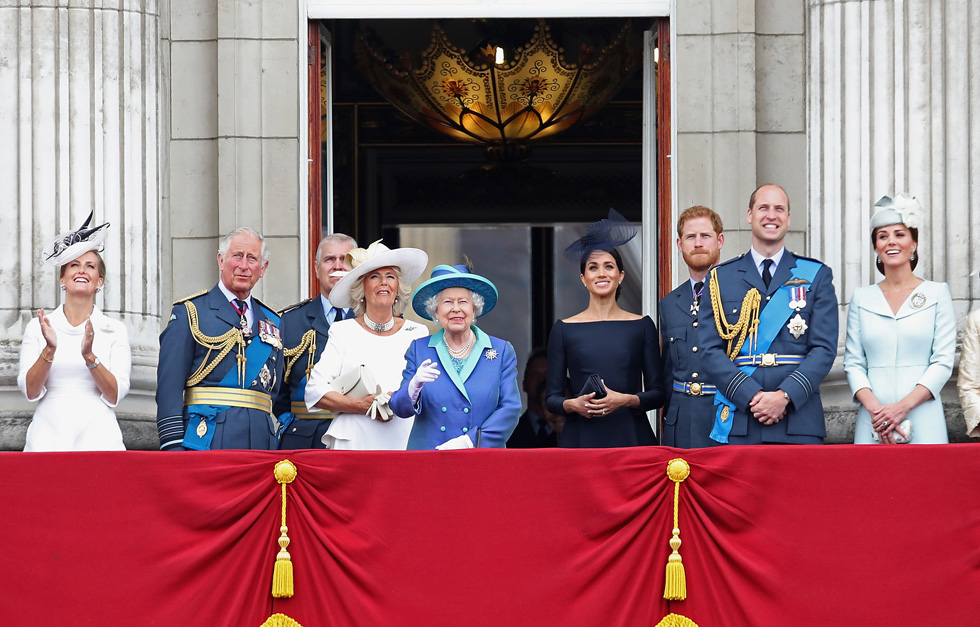 הבחירה במותג צרפתי לאירוע ממלכתי, הצליחה לעורר רגשות לאומיים וביקורת כלפי הדוכסית מסאסקס, שכזכור בחרה גם להתחתן בשמלת כלה של בית אופנה צרפתי (צילום: Chris Jackson/GettyimagesIL)