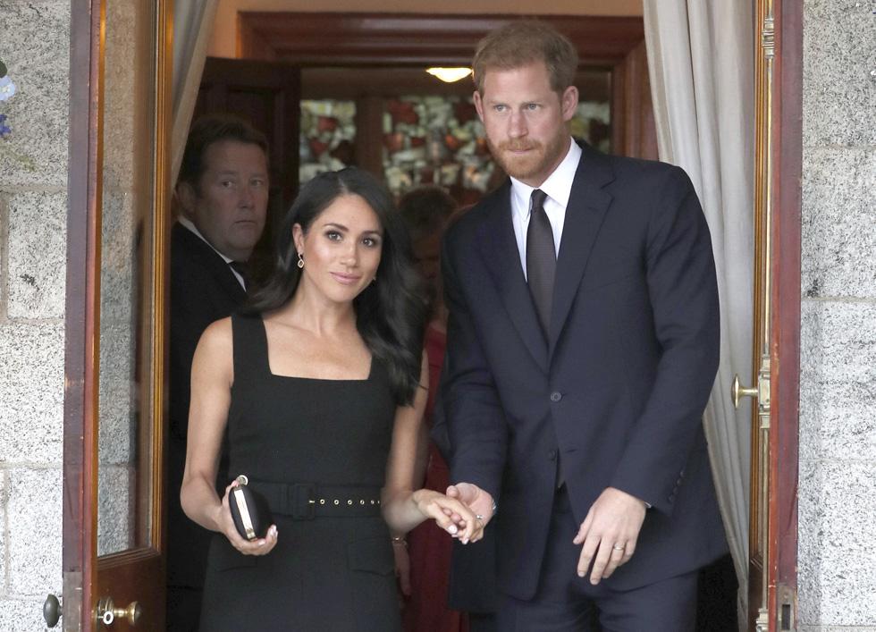 אחרי הסולחה. מרקל בשמלה שחורה של המעצבת אמיליה וויקסטד  (צילום: AP)