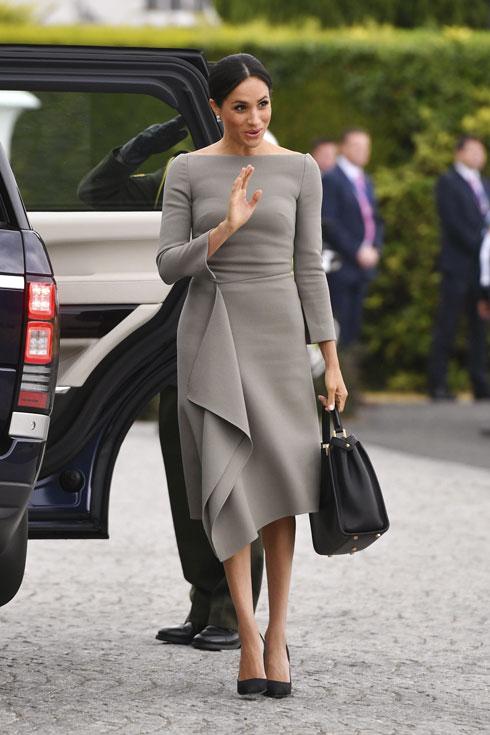 שוב בשמלה של מעצב צרפתי, הפעם רולאן מורה. מחיר התיק של פנדי: 20 אלף שקל (צילום: AP)