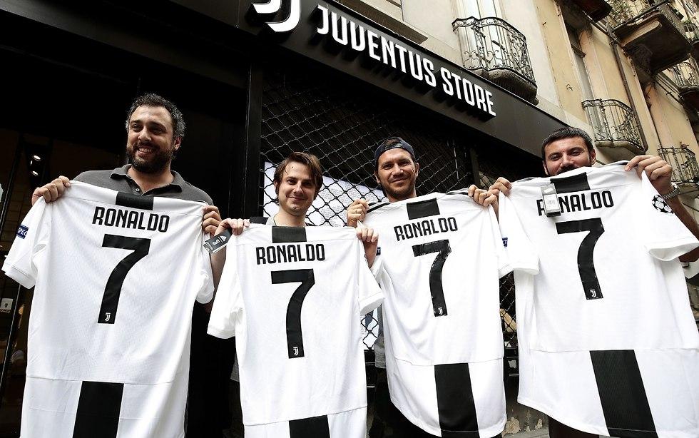 אוהדים עם חולצות של רונאלדו (צילום: AFP)
