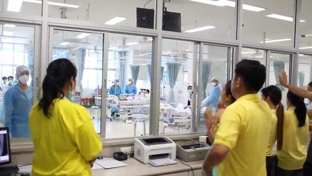 הנערים בבית החולים (צילום: AFP)