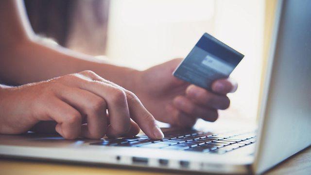 מאסטרקארד מאסטרפס כרטיס אשראי קניות ב רשת קניות אונליין (צילום: shutterstock)