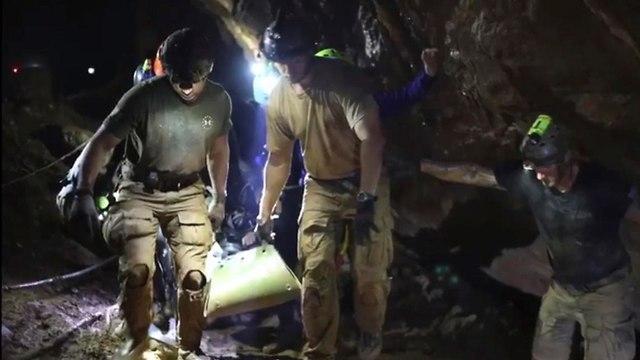 חילוץ הנערים מהמערה (צילום: AP)