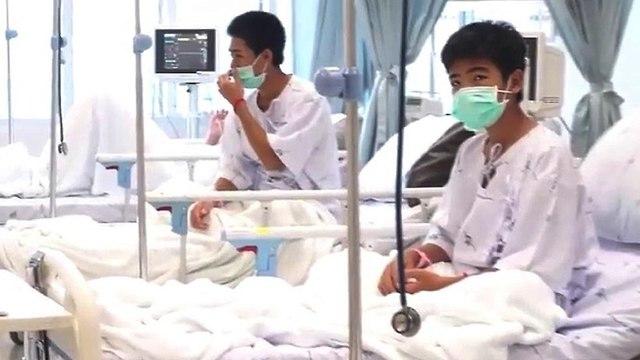 הנערים בבית החולים (צילום: EPA)