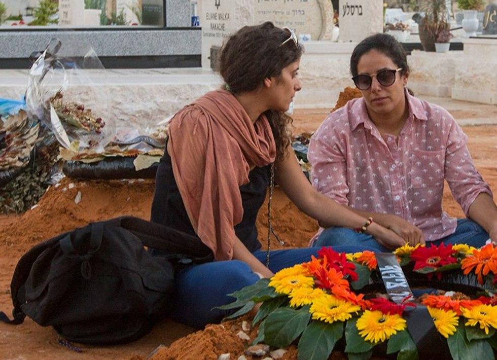 Мор и Адия Хаим на могиле матери. Фото: Идо Эрез