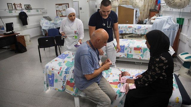 An Israeli doctor treats a Syrian baby (Photo: Reuters)