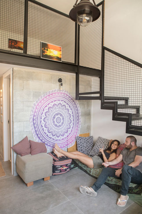 """הדיירים נועה וזוהר, שניהם בני 22, בחדרה של נועה. """"בתל אביב היו לוקחים על דירה כזו 4,000 שקלים"""", היא אומרת (צילום: עמרי טלמור)"""