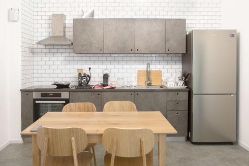 את שולחן האוכל והכיסאות ניתן להזיז לדירה אחרת, במקרה של ארוחה משותפת (צילום: עמרי טלמור)