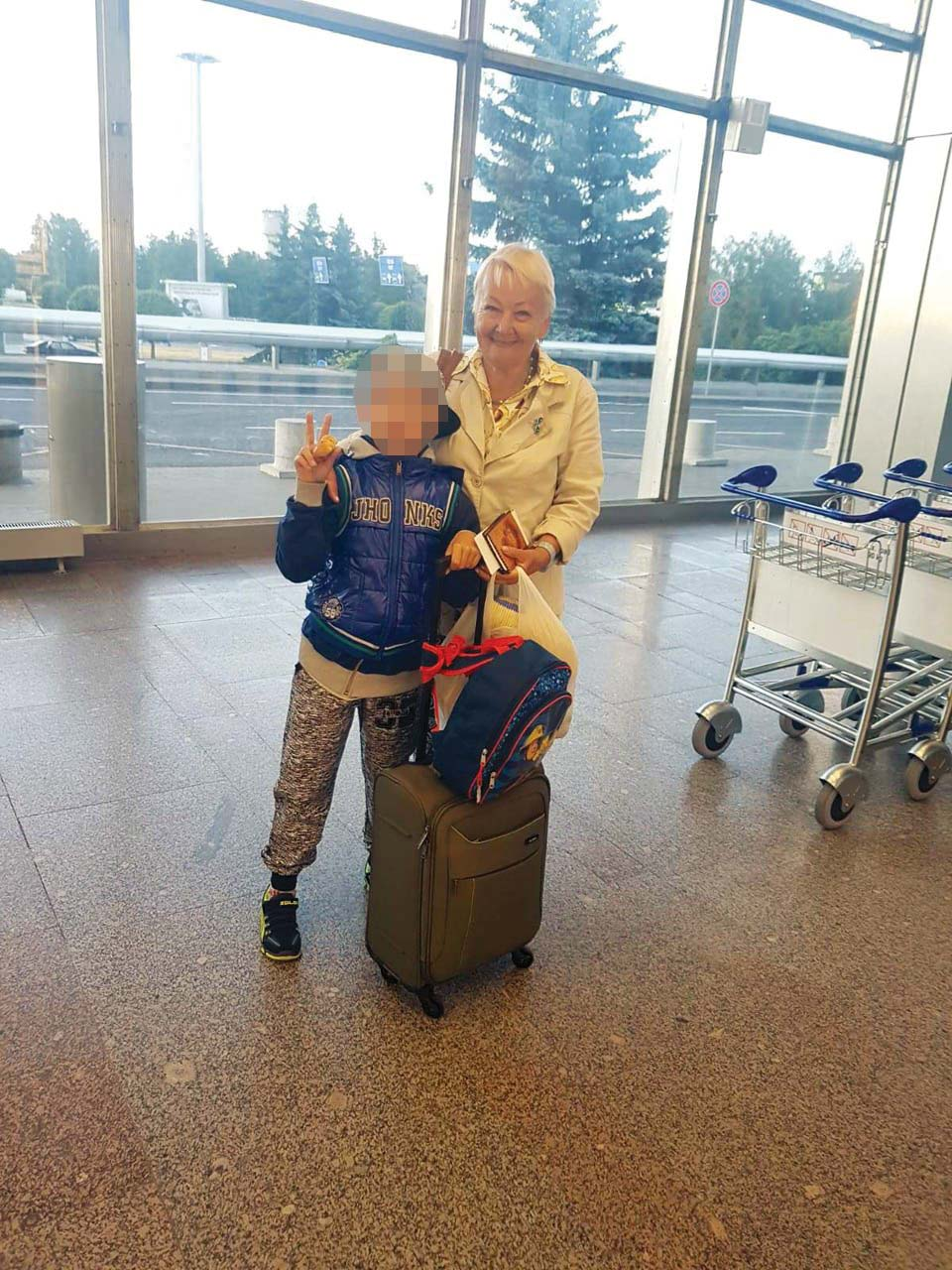 Расма Осипова с внуком перед вылетом в Израиль. Фото предоставлено Еленой Гросс