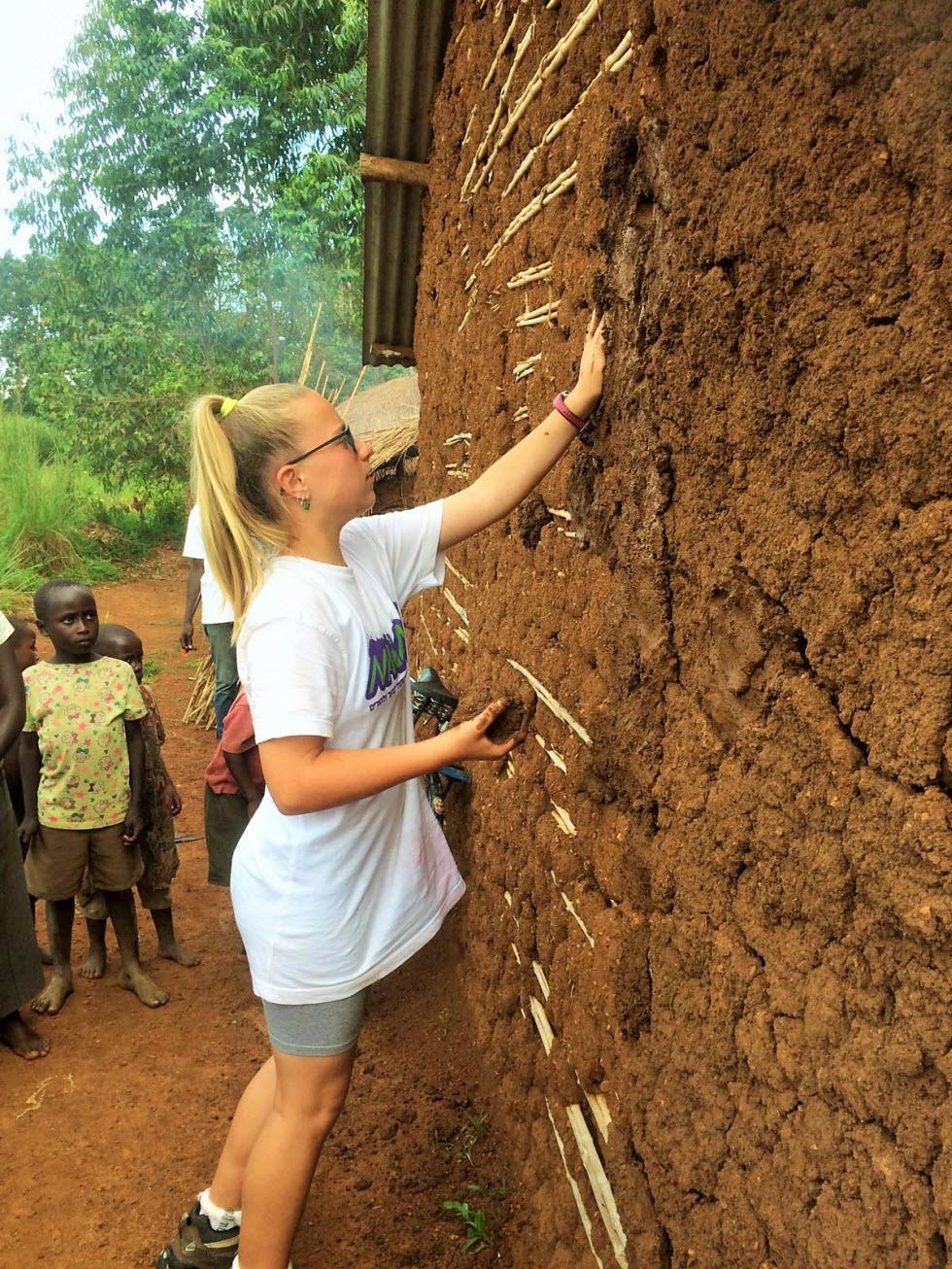 בוץ זה לא משחק - ילדי מאגמה 13 בונים בתי בוץ באוגנדה (צילמה: גליה ברקאי)