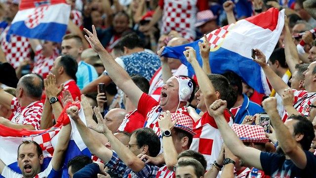 קרואטיה אוהדים מסביב לכדור  (צילום: EPA)