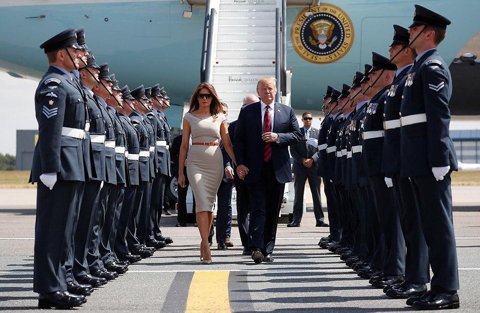 דונלד ומלניה טראמפ נוחתים בלונדון (צילום: AP)