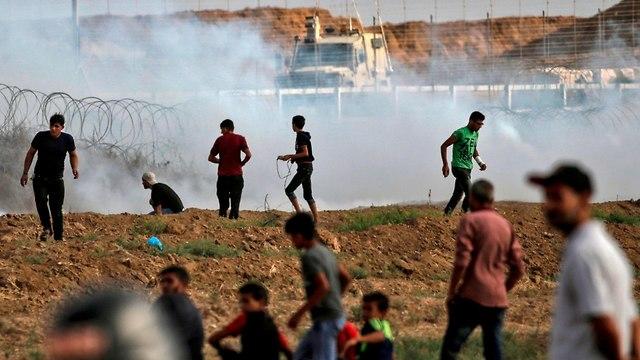 הפגנה על גדר המערכת (צילום: AFP)