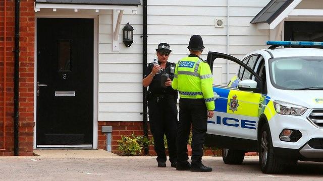 שוטרים באמסברי בבריטניה מחוץ לבית הזוג שהורעל בגז העצבים נוביצ'וק (צילום: AFP)