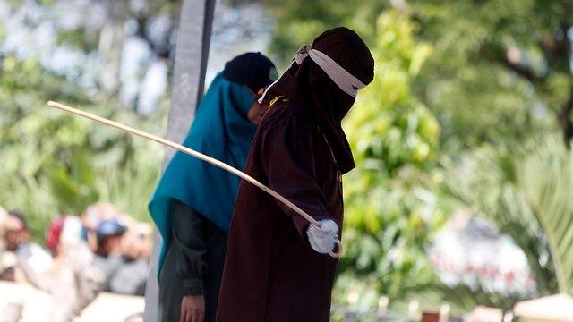 אינדונזיה מלקות הצלפה פומבית הומואים (צילום: EPA)