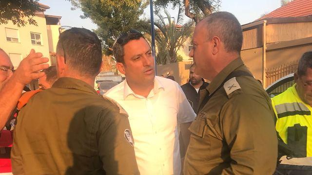 Alon Davidi with IDF officers (Photo: IDF Spokesperson's Unit)