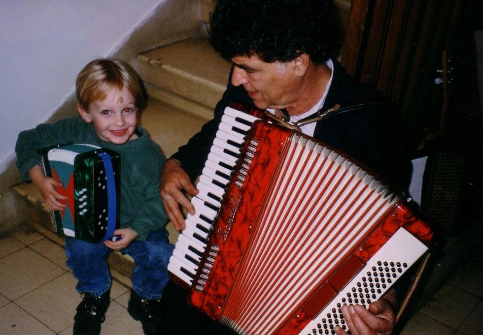 """מאיר אריאל ז""""ל עם נכדו הבכור עידן, בנה של שירז, 1997. """"רגעים של אושר צרוף"""" (צילום: אלבום פרטי)"""