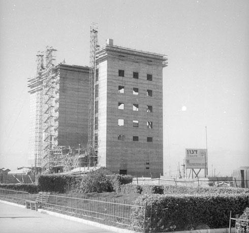 הממגורות בבנייתן. האורך המקורי היה 50 מטרים, כיום הוא ארוך פי ארבעה - 200 מטרים - כחומה בין חיפה לים (צילום: דוד רובינגר)