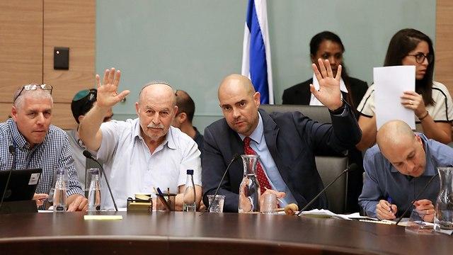 Commitee chairman Amir Ohana (center right) and Bayit Yehudi MK Nissan Slomiansky voting (center left) (Photo: Amit Shabi)