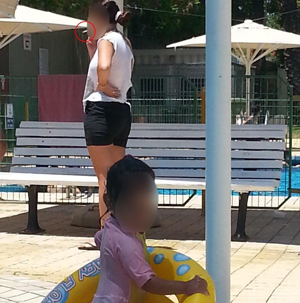 עישון בבריכה ()