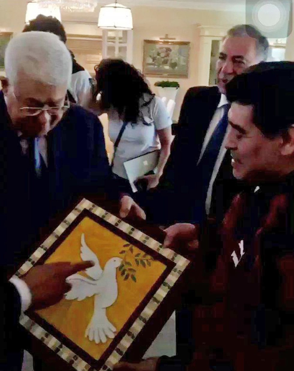 Maradona presented with painting by President Abbas