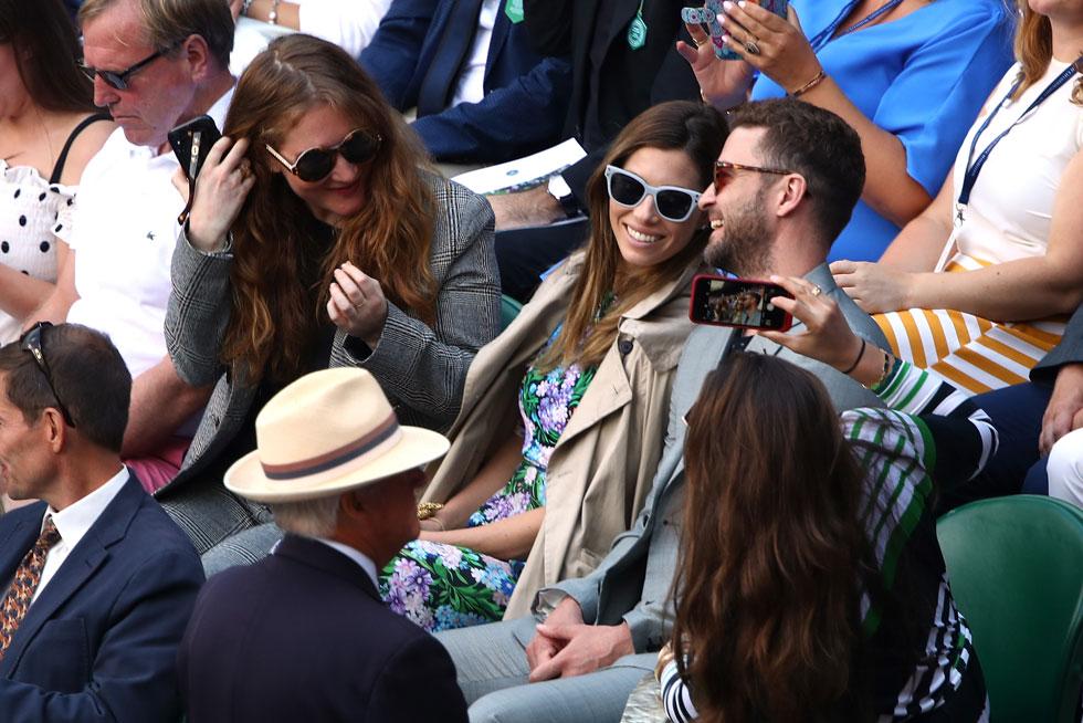 בעוד טימברלייק הסתפק בחליפה אפורה שהזכירה ברוקר בבורסה, בייל הרכיבה מערכת לבוש קלילה של שמלת יום פרחונית ומעיל טרנץ' (צילום: Clive Brunskill/GettyimagesIL)