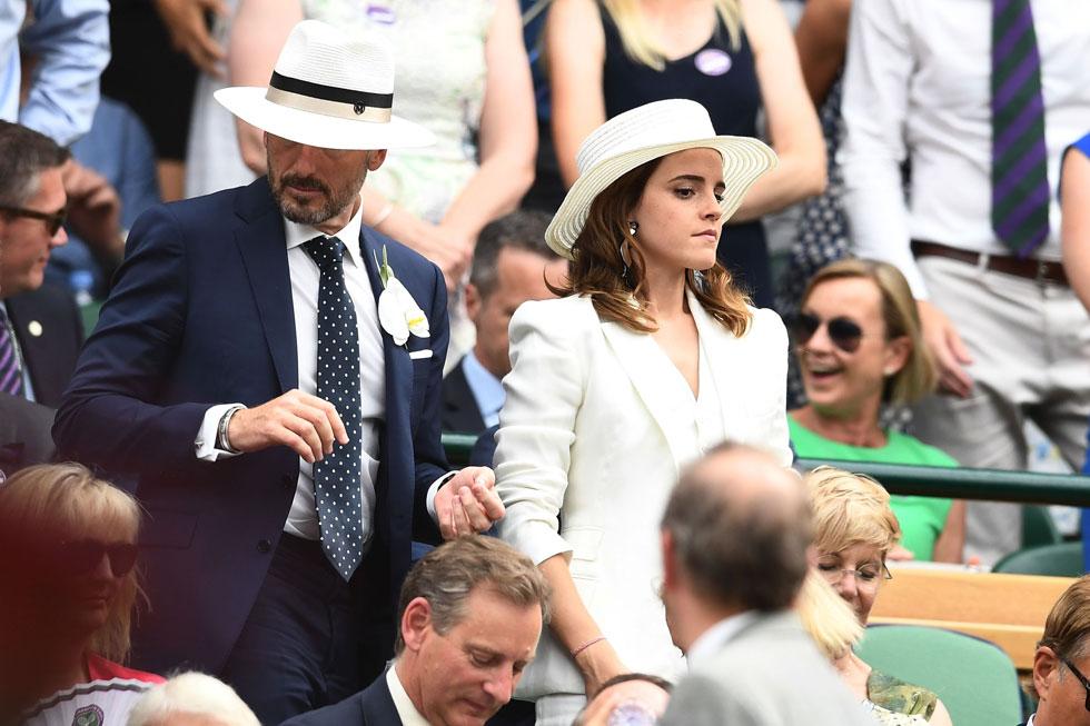 בזמן שכל העיניים הופנו לדוכסיות של בית המלוכה, עשתה השחקנית אמה ווטסון את דרכה למושב באותם מותגים שלבשה מרקל: חליפת שלושה חלקים לבנה של ראלף לורן, לאות הזדהות עם הטניסאיות על המגרש, ומגבעת לבנה של מייזון מישל. התוצאה: מראה מושקע מדי, שהזכיר את תלבושת החתונה של ביאנקה ג'אגר (צילום: Clive Mason/GettyimagesIL)