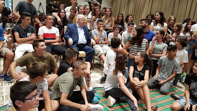 Президент смотрит футбол с детьми из приграничных поселков