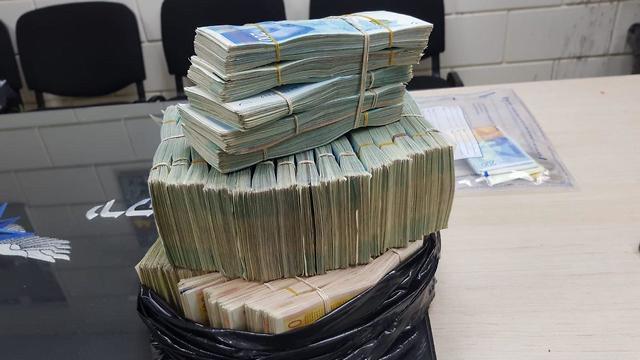 1 млн шекелей в пакете для мусора. Фото: пресс-служба полиции